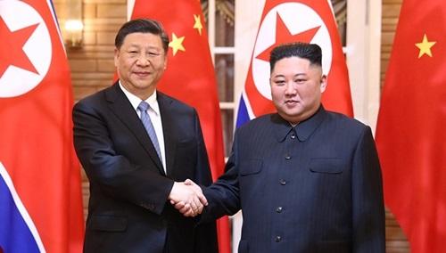 Chủ tịch Trung Quốc Tập Cận Bình (trái) và lãnh đạo Triều Tiên Kim Jong-un gặp nhau tại Nhà khách quốc gia Kumsusan hôm 20/6. Ảnh: CCTV.