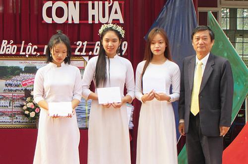 Thầy Nguyễn Hoàng Chương trao phần thưởng cho học sinh đạt giải cao trong kỳ thi học sinh giỏi.