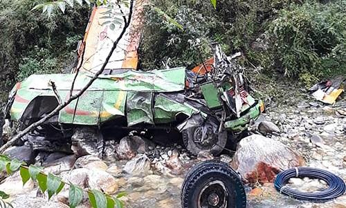 Chiếc xe buýt biến dạng sau khi gặp tai nạn ở huyện  Kullu, bangHimachal Pradesh của Ấn Độ chiều 20/6. Ảnh: AFP.