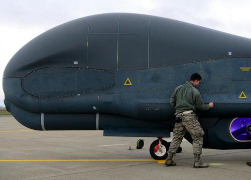 Binh sĩ Mỹ kiểm tra một chiếc RQ-4N trước giờ xuất phát. Ảnh: US Navy.