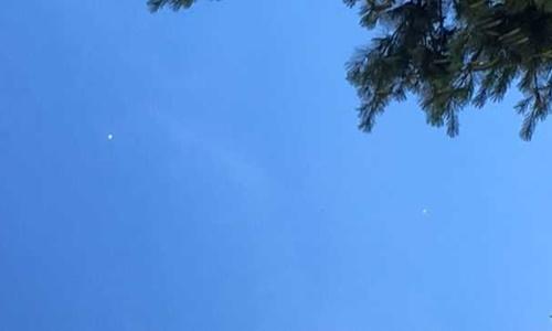 Hai vật thể không xác định màu trắng trên bầu trời Kansas hôm 20/6. Ảnh: Twitter.