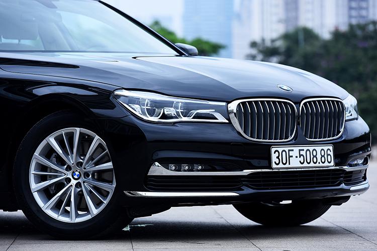 Đèn chiếu sáng mắt kép và lưới tản nhiệt hình quả thận đặc trưng trên mọi chiếc BMW.