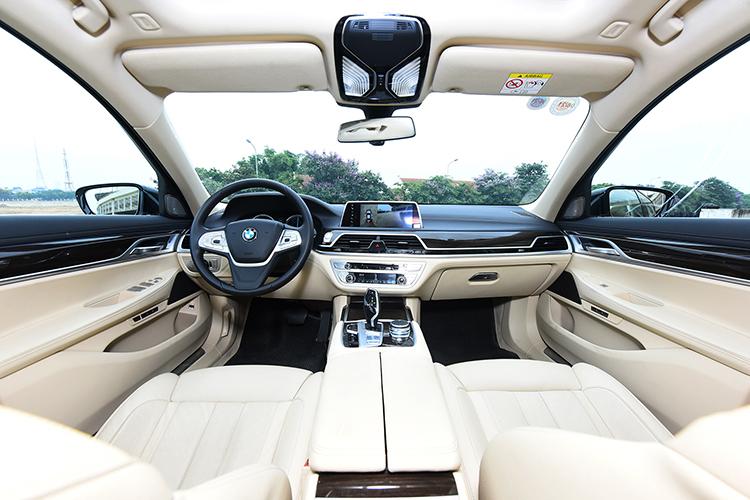Khoang cabin là nơi BMW 730Li phô diễn công nghệ.