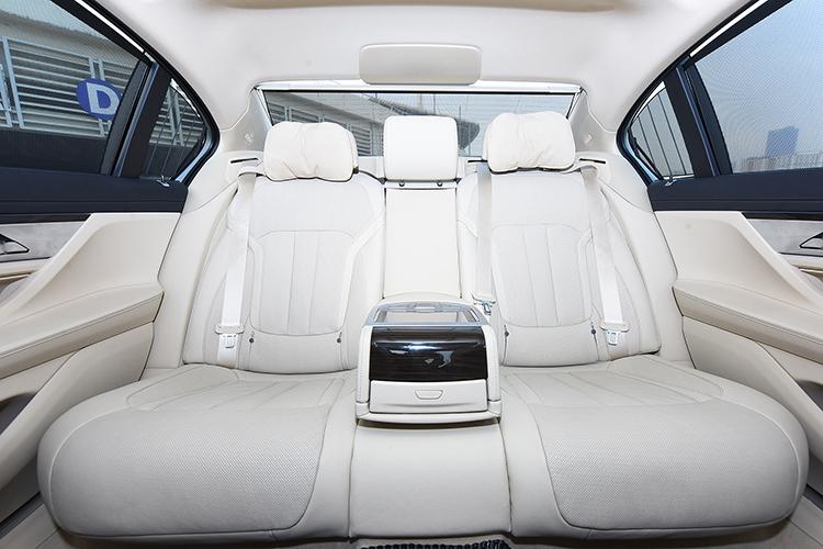 Hàng ghế phía sau của BMW 730Li.