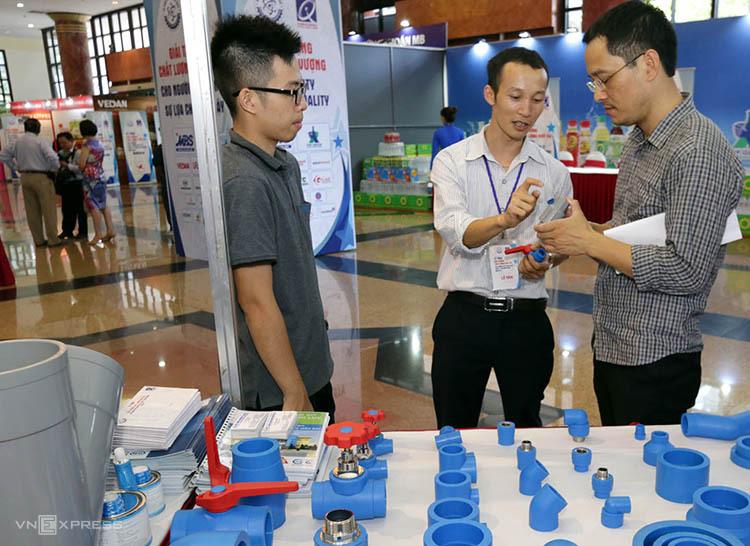 Các doanh nghiệp giới thiệu sản phẩm tại triển lãm chiều 22/6. Ảnh: Anh Tuấn.