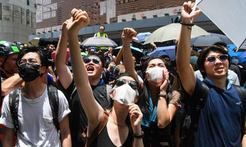 Người biểu tình tập trung bên ngoài tổng hành dinh cảnh sát ở Hong Kong hôm 21/6. Ảnh: AFP.