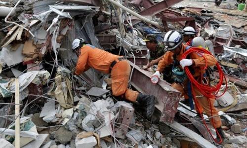 Các nhân viên cứu hộ hôm nay tiếp tục tìm kiếm người sống sót dưới đống đổ nát tại hiện trường vụ sập tòa nhà đang xây ở Sihanoukville, Campuchia. Ảnh: AFP.