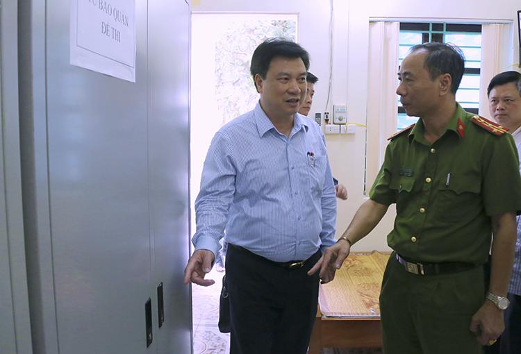 Thứ trưởng Nguyễn Hữu Độ kiểm tra công tác chuẩn bị cho kỳ thi THPT quốc gia tại trường THPT Đoan Hùng (Phú Thọ). Ảnh: N.T