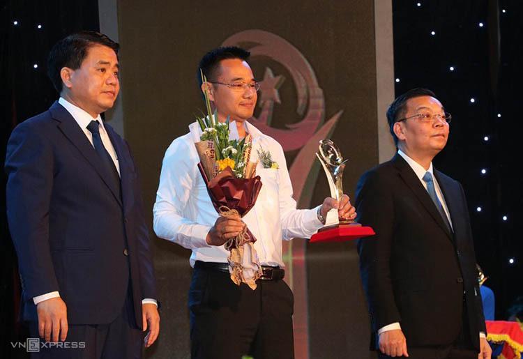 Bộ trưởng Chu Ngọc Anh vàông Nguyễn Đức Chung trao giải vàng cho doanh nghiệp. Ảnh: Anh Tuấn.