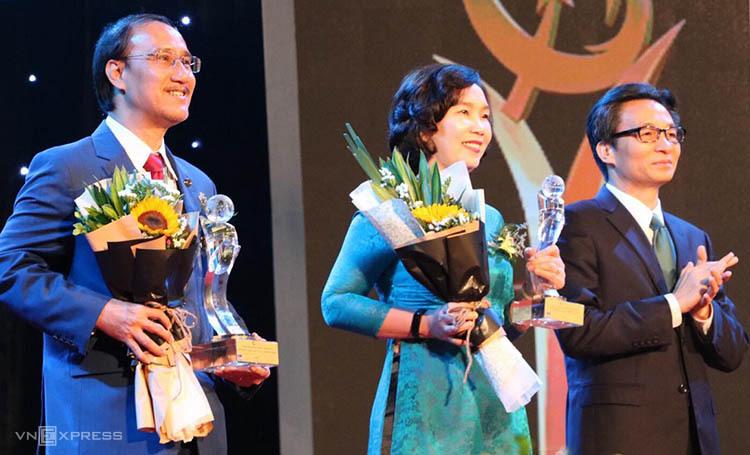 Phó Thủ tướng Vũ Đức Đam (ngoài cùng bên phải) trao giải cho 2 doanh nghiệpđoạt Giải thưởng Chất lượng Quốc tế châu Á - Thái Bình Dương. Ảnh: Hán Hiển.