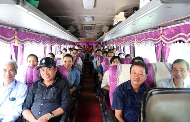 Xe chở giảng viên Đại học Sài Gòn di chuyển về Trà Vinh. Ảnh: Thành Tâm.