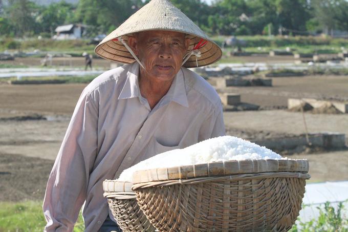 Người Hà Tĩnh làm muối dưới nắng hơn 40 độ C
