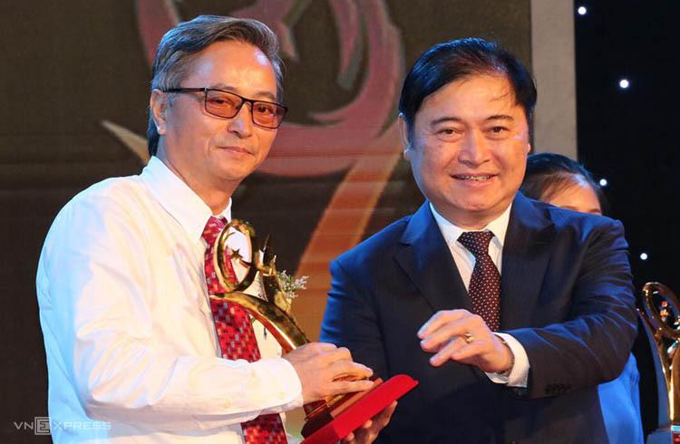 Ông Phan Xuân Dũng trao giải vàng cho doanh nghiệp Viglacera. Ảnh: Anh Tuấn.