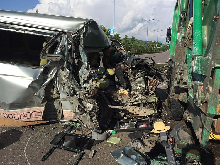 Hiện trường vụ tai nạn khiến ôtô 16 chỗ bẹp rúm. Ảnh: Phan Thành