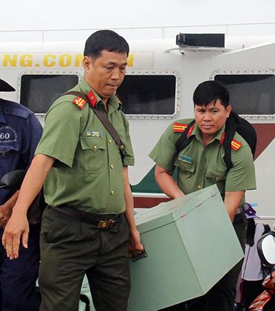 Đề thi được công an chuyển ra đảo Phú Quốc. Ảnh: Cửu Long.