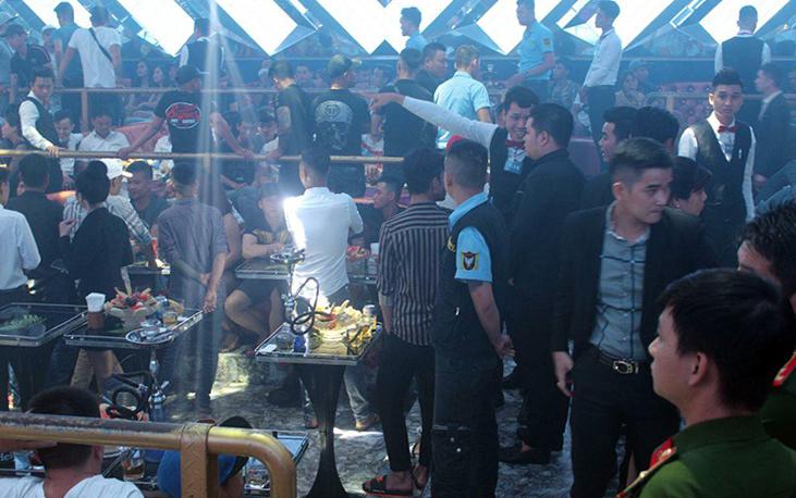 Bến trong quán bar lúc cảnh sát ập vào kiểm tra. Ảnh: Thái Hà.