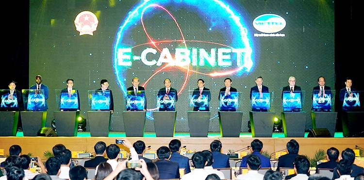 Thủ tướng Nguyễn Xuân Phúc nhấn nút khai trương hệ thống e-Cabinet. Ảnh:VGP.