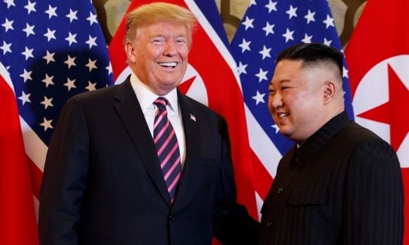 Lãnh đạo Triều Tiên Kim Jong-un (phải) và Tổng thống Mỹ Donald Trump tại Hội nghị thượng đỉnh Mỹ - Triều hồi tháng 2. Ảnh: AFP.