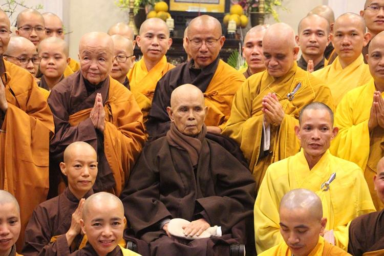 Thiền sư Thích Nhất Hạnh (ngồi giữa) tại chùa Từ Hiếu đầu năm 2019. Ảnh: Võ Thạnh.