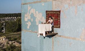 Nghệ sĩ Nga dùng bữa trên bàn treo lơ lửng ngoài tòa chung cư
