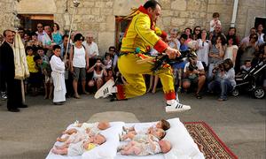 Các em bé dàn hàng chờ 'cú nhảy của quỷ' trong lễ hội ở Tây Ban Nha