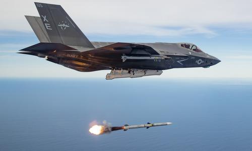 Tiêm kích F-35C phóng tên lửa AIM-120 trong đợt thử nghiệm đầu năm 2019. Ảnh: US Navy.