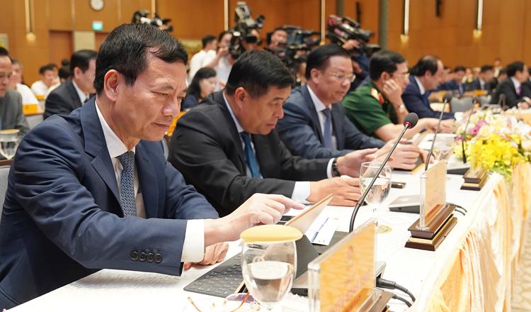 Các thành viên Chính phủ biểu quyết bằng hệ thống e-Cabinet. Ảnh: VGP.