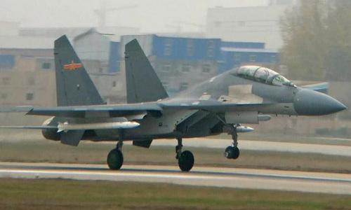 Tên lửa PL-15 treo dưới cánh tiêm kích J-16 Trung Quốc hồi năm 2016. Ảnh: Weibo.