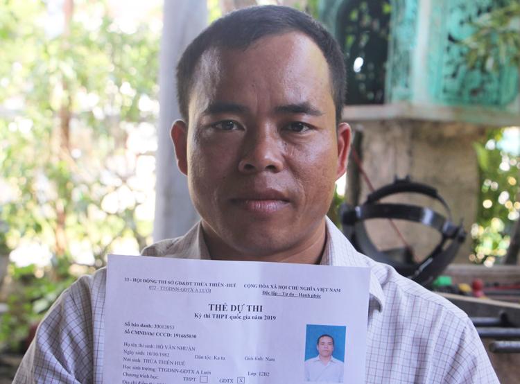 Anh Hồ Văn Nhuận và chiếc thẻ dự thiTHPT quốc gia năm 2019. Ảnh: Võ Thạnh