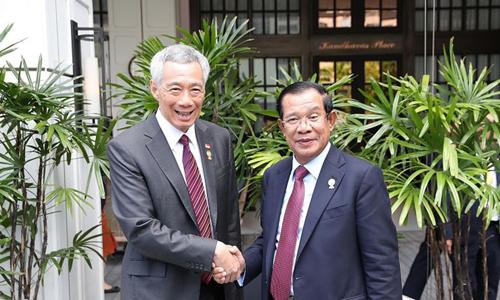 Thủ tướng Singapore Lý Hiển Long (trái) và Thủ tướng Campuchia Hun Sen gặp nhau bên lề Hội nghị Cấp cao ASEAN lần thứ 34 tại Bangkok hôm 2/6. Ảnh: Straits Times.