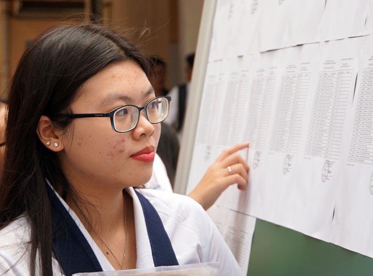 Thí sinh làm thủ tục dự thi THPT quốc gia tại TP HCM chiều 24/6. Ảnh: Mạnh Tùng.