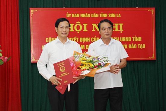 Phó chủ tịch tỉnh Lê Hồng Minh trao quyết định bổ nhiệm cho ông Nguyễn Huy Hoàng. Ảnh: Báo Sơn La