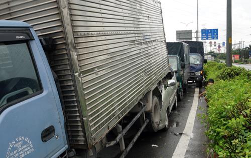 Các xe trong vụ tai nạn liên hoàn trên quốc lộ 1. Ảnh: Minh Tân.