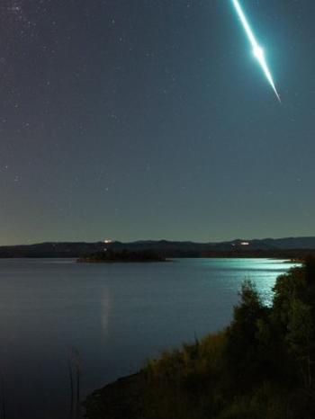 Vệt sáng thiên thạch phát nổ tạo ra do nhiếp ảnh gia Craig Turton chụp lại đêm 22/6. Ảnh: Instagram.