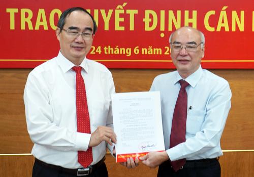 Bí thư Thành ủy TP HCM Nguyễn Thiện Nhân trao quyết định cho ông Phan Nguyễn Như Khuê. Ảnh: Trung Sơn