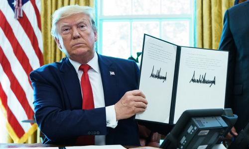 Tổng thống Trump sau khi ký lệnh trừng phạt lãnh tụ tối cao Iran. Ảnh: AFP.