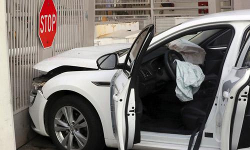Hiện trường vụ ôtô lao vào đại sứ quán Mỹ tại Seoul, Hàn Quốc hôm nay. Ảnh: AFP.