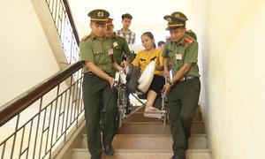 Tình nguyện viên trợ giúp thí sinh ngồi xe lăn