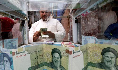 Một người đàn ông đếm tiền tại quầy đổi ngoại tệ ở Tehran. Ảnh: Reuters.