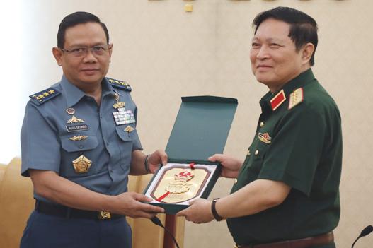 Bộ trưởng Quốc phòng Ngô Xuân Lịchtặng quà lưu niệm choPhó đô đốc Agus Setiadji. Ảnh: HT