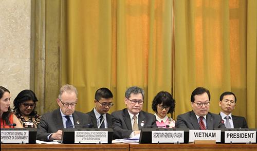 Đại sứ, trưởng phái đoàn Việt Nam tại Geneva Dương Chí Dũng (hàng đầu, đầu tiên từ phải sang) chủ trì phiên họp toàn thể chính thức của Hội nghị Giải trừ quân bị (CD) tại trụ sở Liên Hợp Quốc ở Geneva, Thụy Sĩ hôm 25/6. Ảnh: Bộ Ngoại giao