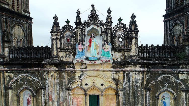 Bức tượng chúa Giêsu Vua trên đỉnh nhà thờ cũ dự kiến sẽ được đưa sang vị trí tương tự ở nhà thờ mới. Ảnh: Giang Huy.
