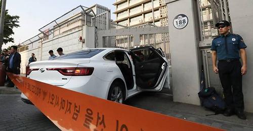 Cảnh sát đứng gác tại hiện trường vụ ôtô lao vào đại sứ quán Mỹ ở Seoul, Hàn Quốc hôm nay. Ảnh:AFP.