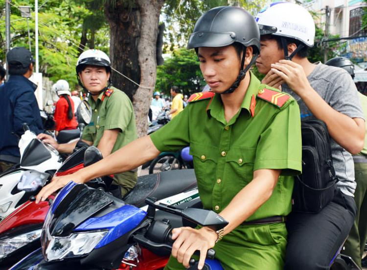 Một thí sinhđược công an đưatừ chỗtrọ đến điểm thi ở TP Cà Mau. Ảnh: Phúc Hưng.
