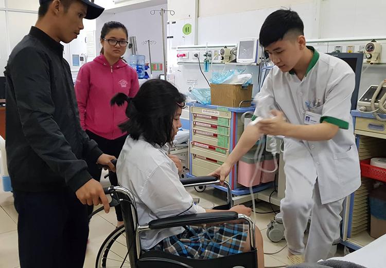 Nữ sinh được đưa vào bệnh viện cấp cứu khi đang làm bài thi môn Toán chiều nay. Ảnh: Phước Tuấn