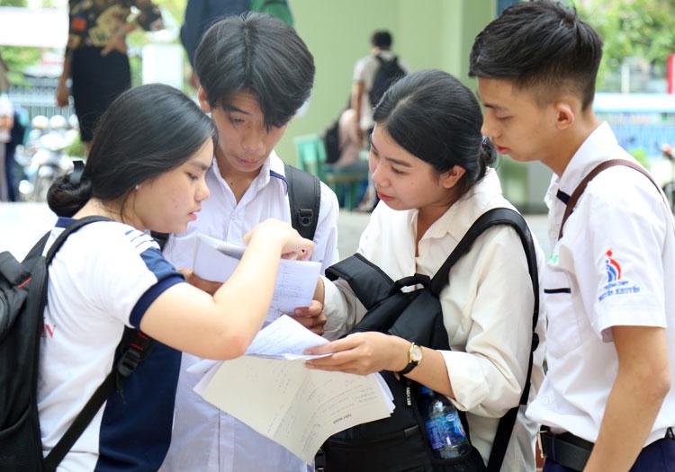 Thí sinh tại điểm thi THPT Ngô Quyền, Đồng Nai trao đổi sau giờ thi Toán. Ảnh: Phước Tuấn.