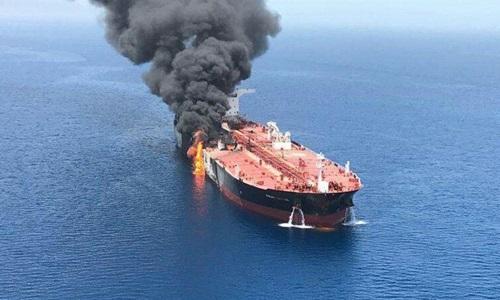 Tàu dầu bốc cháy sau khi bị tấn công ở vịnh Oman hôm 13/6. Ảnh: Reuters.