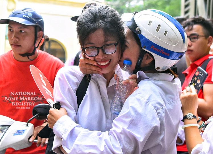 Thí sinh Hà Nội rời điểm thi sau giờ thi Văn. Ảnh: Giang Huy.