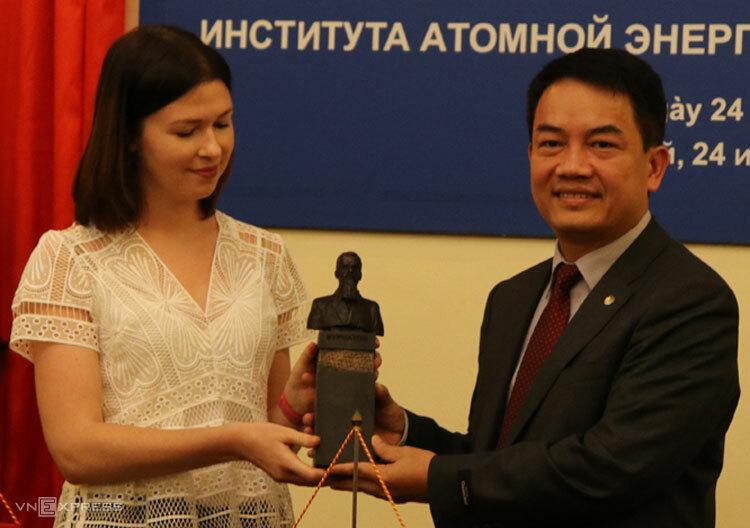 Bà Anna Zykova, đại diện của ROSATOM Đông Nam Á trao bức tượng cho TS Trần Chí Thành. Ảnh: HM.