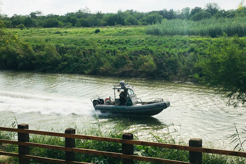 Xuồng tuần tra của biên phòng Mỹ di chuyển trên sông Rio Grande, gần nơi hai bố con Martinez gặp nạn. Ảnh: AP.